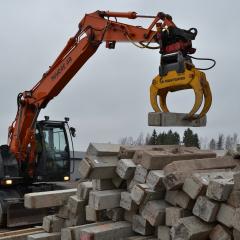 PHILIPP ForstWerkzeuge HULTDINS Multifunktionsgreifer Multigrip 16 bei der Arbeit mit Bausteinen