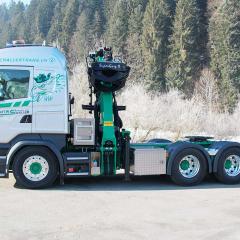 PHILIPP ForstWerkzeuge HULTDINS Holzgreifer SuperGrip II 420 an starkem Z-Kran auf Sattelzugmaschine