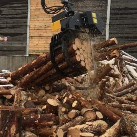 SuperSaw-6000-beim-Sägen-einen-Holzbündel
