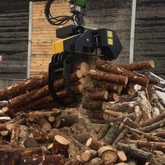 HULTDINS Greifersäge SuperSaw 6000-S beim Sägen eines Holzbündel