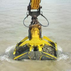 PHILIPP ForstWerkzeuge INDEXATOR Kompaktrotator XR 600 beim Einsatz im Wasser