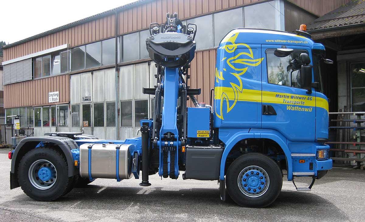 philipp-forstwerkzeuge-hultdins-holzgreifer-glc-der-inbegriff-des-huldins-greifers-an-starkem-z-kran-auf-sattelzugmaschine-hultdins-greifer-greifer-für-holztransport-holzgreifer-für-lkw-holzzange-für-lkw-holzzange-für-holztransport